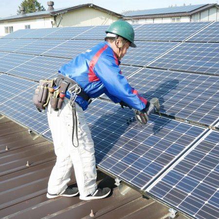 太陽光発電パネルの設置作業